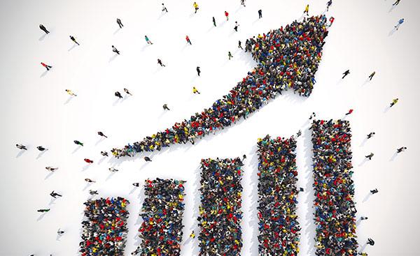Ein aus Personen geformter Pfeil, der steigendes Wachstum durch gute Brand Equity symbolisiert.