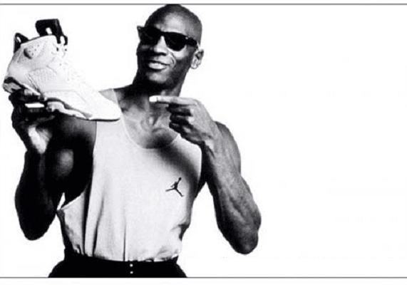 Michael Jordan mit einem Schuh von Nike in der Hand, das wahrscheinlich bekannteste Co-Branding.