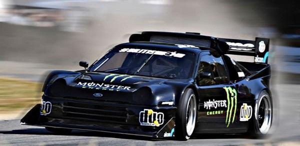 Ein mit Werbung beklebter Rennwagen auf einer Rennstrecke, als bildliches Beispiel für eine Markenassoziation.