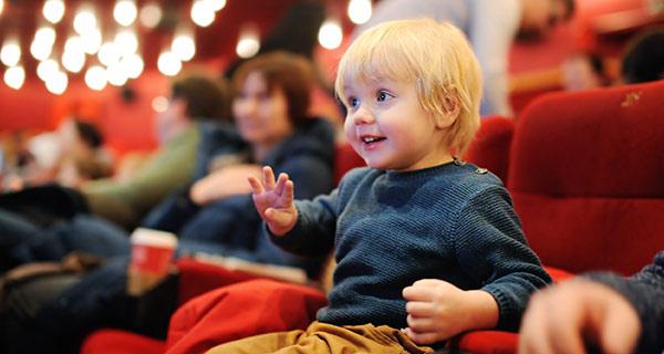 Ein Kleinkind in einem Kinosaal.