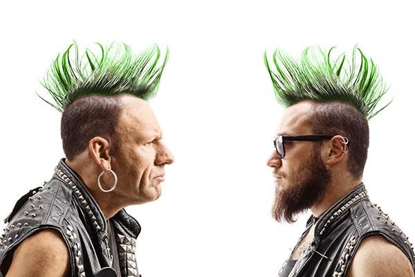 Ein alter und ein junger Punkrocker starren sich gegenseitig an, sie stehen symbolisch für Markenimage und Markenidentität.
