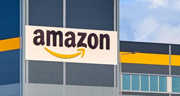 Das Logo von Amazon auf einem Gebäude.