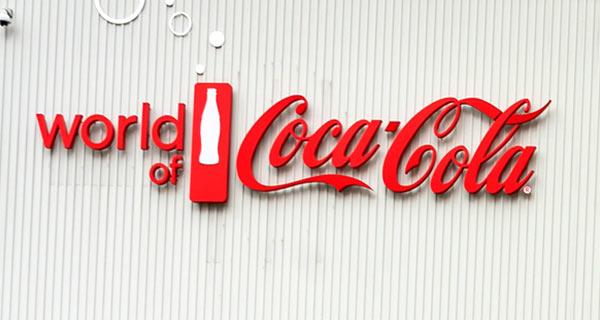 Ein Schild von Coca-Cola, einem Musterbeispiel für Markenloyalität.