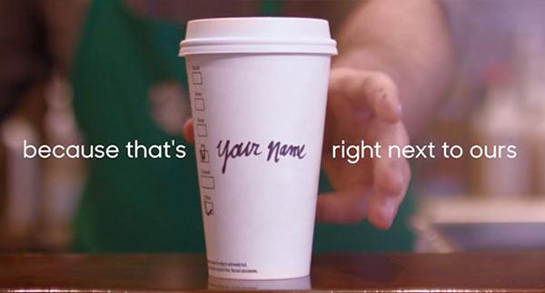 Ein Kaffeebecher mit der Aufschrift 'Ihr Name'.