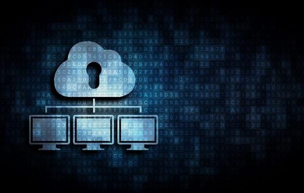 Eine Wolke, die über drei Desktop-Computern schwebt.