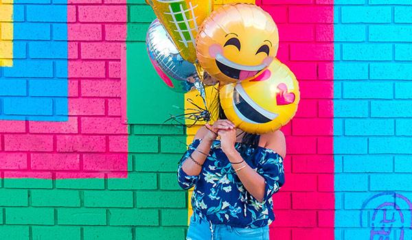 Luftballons mit Smileys als Gesichtern.