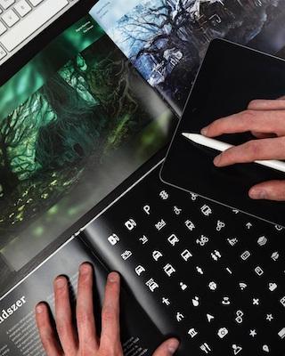 Eine Person betrachtet Muster auf einem Tablet-PC.