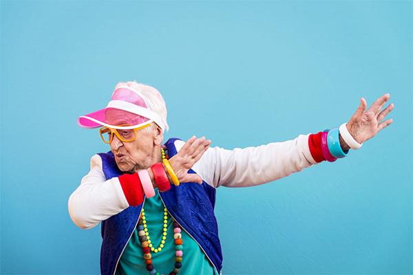 Eine ältere Dame beim Tanzen.