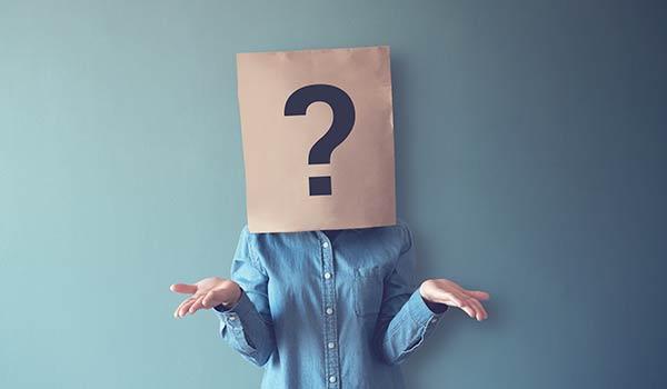 Eine Person mit einer Papiertüte über dem Kopf.
