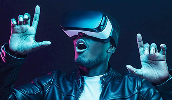 Eine Person benutzt ein VR-Headset.
