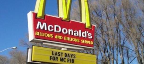 Ein Werbeschild von McDonald's informiert darüber, dass der McRibs nur noch begrenzt verfügbar ist.