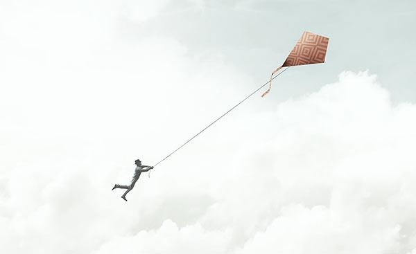Eine Person verliert die Kontrolle über seinen Flugdrachen.