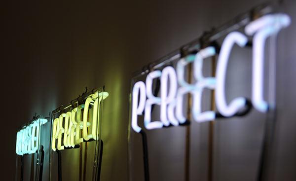 Eine Neonschrift, die das Wort 'perfekt' darstellt.