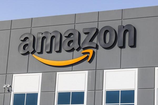 Ein Gebäude des Konzerns Amazon mit ihrem Logo an der Seite.