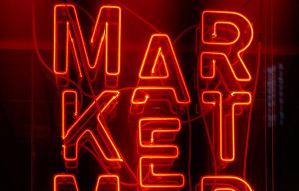 Eine Leuchtreklame, die das Wort Markt darstellt.