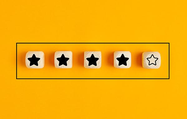 Eine Gruppe Holzwürfel mit zum Teil ausgefüllten Sternen.