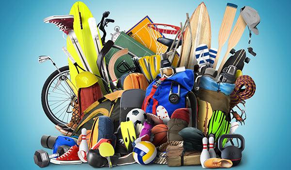 Ein Haufen Sportausrüstung auf einem Stapel.