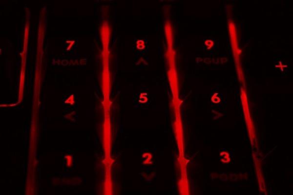 Eine rot beleuchtete Tastatur.