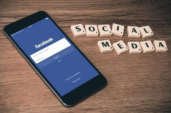 Ein Smartphone, auf dem soziale Medien verwendet werden.