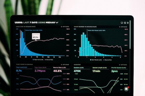 Ein Bildschirm zeigt Grafiken und Daten an, deren Auswertung eine Hauptfunktion von Digitalisierungstechnologie ist.