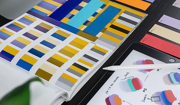 Ein Katalog mit Abbildungen von Designvorlagen.