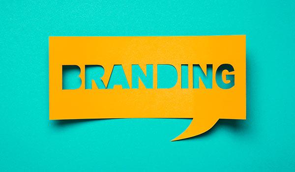 Eine Sprechblase aus Papier, die das Wort 'Branding' enthält.
