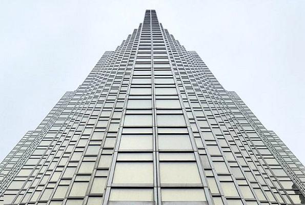 Ein hoher Wolkenkratzer, von unten gesehen.