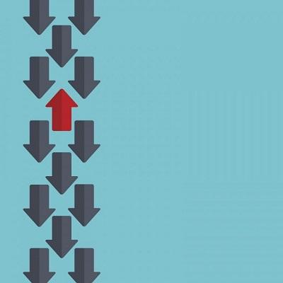 Mehrere Pfeile zeigen in die gleiche Richtung, abgesehen von einem.