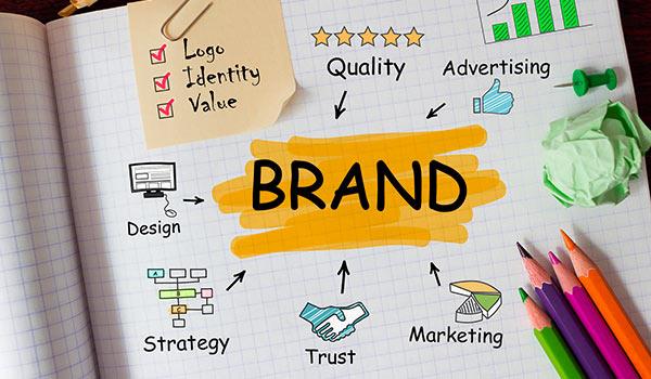 Ein Notizblock, auf dessen Bildschirm verschiedene Teilaspekte einer Marke dargestellt sind.
