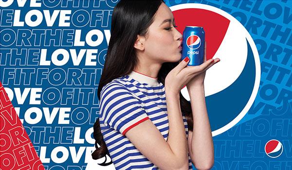 Eine Werbeanzeige von Pepsi, die eine junge Frau zeigt; eines der Beispiele für eine Markenpositionierung.