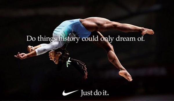 Eine Werbeanzeige von Nike mit einer Turnerin; ein weiteres der Beispiele für eine Markenpositionierung.