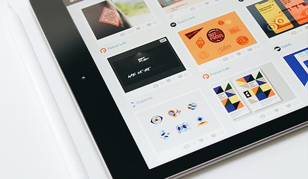Auf dem Display eines Tablets werden Bildelemente angezeigt.
