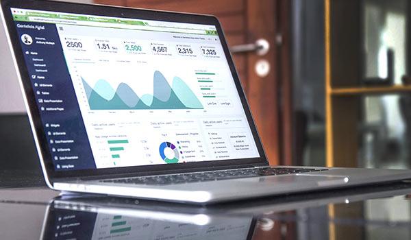 Daten auf dem Bildschirm eines Laptops.