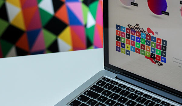 Anordnung verschiedener Farben auf dem Bildschirm des Laptops eines Designers.