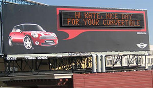 Eine Werbetafel mit Digitalanzeige, die den Fahrer mit Namen anspricht.