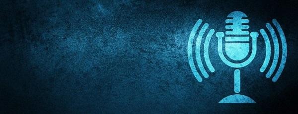 Ein blaues Mikrofon, beispielhaft für die Bedeutung guter Hardware für erfolgreiche Podcasts.