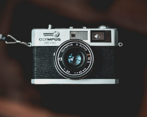 Großaufnahme einer Olympus-Kamera.