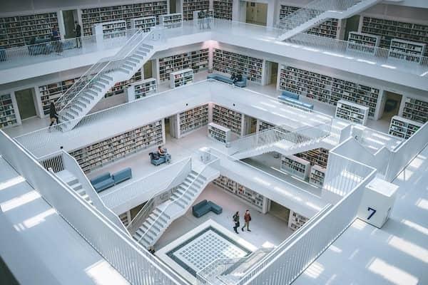 Eine Bibliothek mit mehreren Stockwerken.