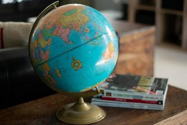Auf einem Schreibtisch steht ein Globus.