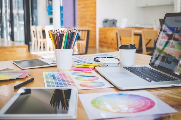 Auf einem Tisch befinden sich verschiedene Designwerkzeuge.