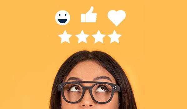 Eine Person, die sich zwischen verschiedenen digitalen Emoticons entscheidet.