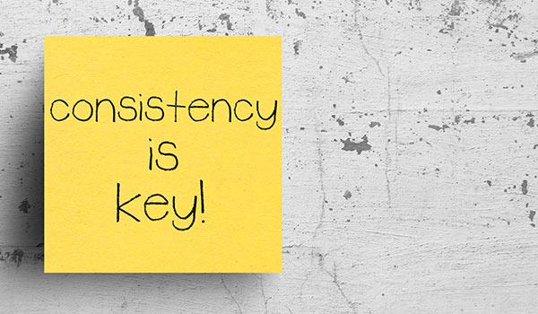 Eine Haftnotiz mit der Aufschrift 'Konsistenz ist entscheidend'.