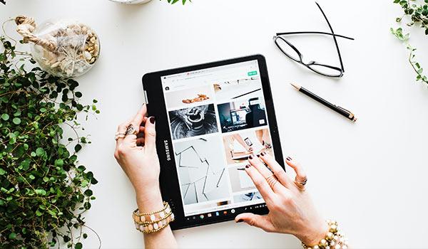 Eine Person betrachtet Bilder mit einem Tablet-PC.