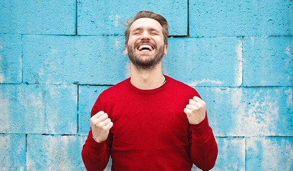 Ein aufgeregter, glücklicher Mann.