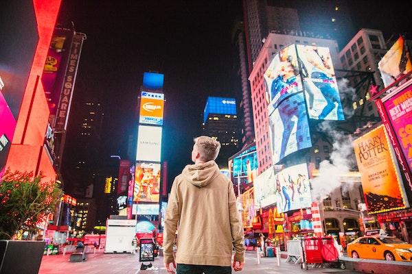 Ein Mann am Times Square.