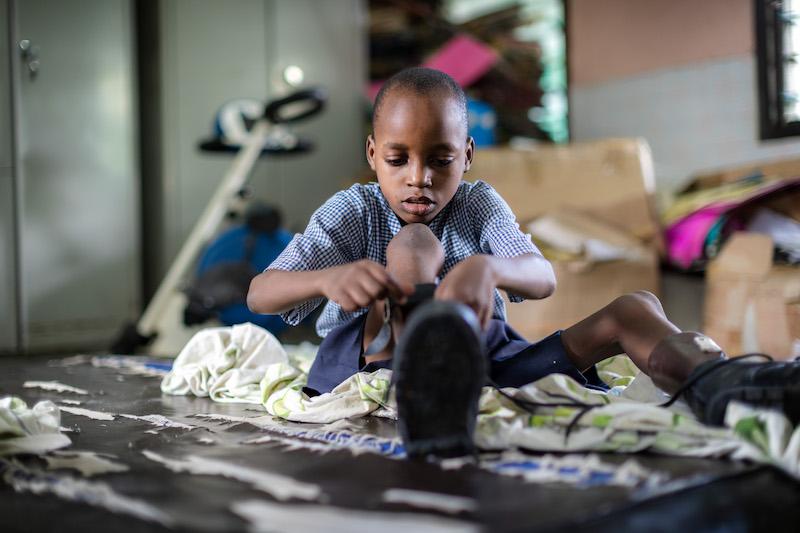 Junge mit Behinderung in Kenia, Mombasa