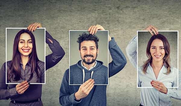 Drei verschiedene Personen halten sich jeweils ein Selbstporträt vor den Kopf.