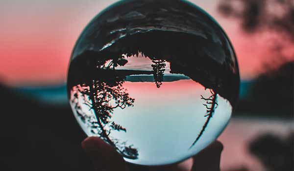 Eine Glaskugel, die die Wahrnehmung verzerrt.