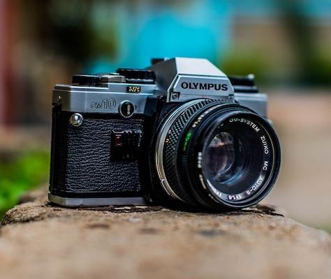 Eine Olympus-Kamera im Freien.