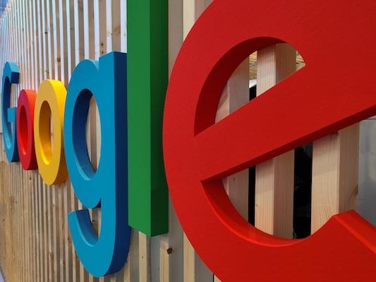 Das Logo von Google an einer Wand.
